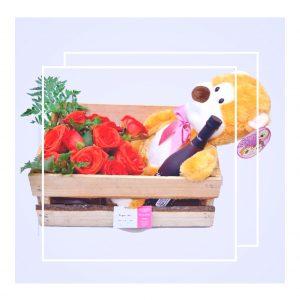"""Caja con peluche, rosas y vino """"Love"""""""